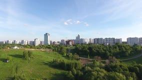 Voo sobre um parque da cidade Árvores verdes no centro de Moscou Céu bonito da noite video estoque