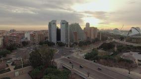 Voo sobre Valência no por do sol, Espanha Arquitetura da cidade com ponte e construções vídeos de arquivo