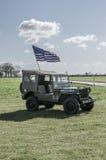 Voo sozinho do jipe WW2 a bandeira dos Estados Unidos Fotos de Stock Royalty Free