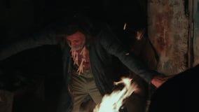 Voodoo знахарь, танцуя шаманом огня видеоматериал