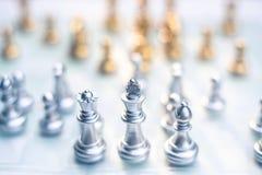 Voor achtergrond of Web Een koningstribune determinedly onder de vijanden Bedrijfs concurrerend concept stock foto