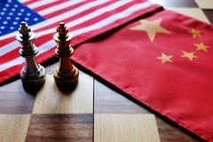 Voor achtergrond of Web Twee koningen face to face op Chinese en Amerikaanse nationale vlaggen Handelsoorlog en conflict tussen t stock foto's