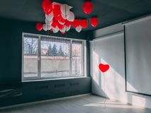 Voor altijd langs de vormballon van het tribune uit rode hart in bureau onder otheballons Ben speciaal Valentine-concept Royalty-vrije Stock Foto's