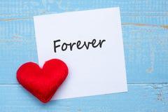 VOOR ALTIJD woord op document nota met de rode decoratie van de hartvorm op blauwe houten lijstachtergrond Liefde, Huwelijk, Roma royalty-vrije stock foto
