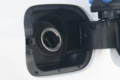 Voor de auto, close-up, foto van een lege open tank, wegens de dure brandstof royalty-vrije stock afbeelding
