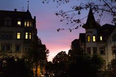 voor de gebouwen van een oktober-dalingsavond, verlichte vensters en stre royalty-vrije stock fotografie