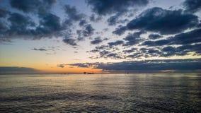 Voor de kust op zee Royalty-vrije Stock Afbeeldingen