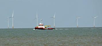 Voor de kust windfarm reparaties royalty-vrije stock afbeelding