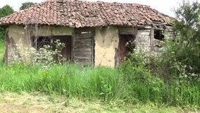 Voor de oude en verlaten hut stock videobeelden