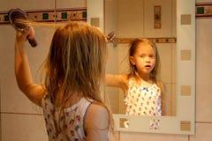 Voor de spiegel Stock Foto