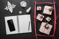 Voor de zwarte achtergrond, vele giften en met de hand gemaakte punten, een boekje waar u een groetbericht van uw telefoon kunt k Stock Fotografie