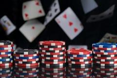 Voor de zwarte spiegeloppervlakte, casinospaanders, op de achtergrond van verspreide kaarten royalty-vrije stock fotografie