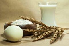 Voor een beige achtergrond, zijn de producten voor baksel royalty-vrije stock afbeelding