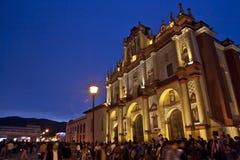Voor een Kerk in San Cristobal DE las Casas bij Schemering stock foto's