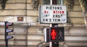 Voor een tricolorverkeerslicht, wijst op een teken in het Frans aan voetgangers om in twee stadia te kruisen royalty-vrije stock fotografie