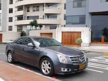 Voor en zijaanzicht van een grijze die kleur Cadillac van de muntvoorwaarde in Barranco-district van Lima wordt geparkeerd Royalty-vrije Stock Afbeeldingen