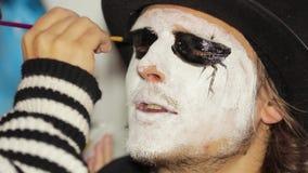 Voor het gezicht, maken de mensen zwarte eyeliner stock footage