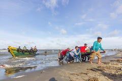 Voor het Lange Hai-strand, visser die bij ochtend werken Stock Foto's