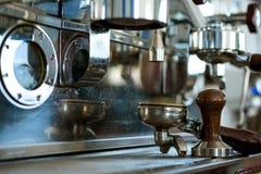 Voor het maken van espresso De delen van de koffiemachine Portafilter van koffiemachine met stamper Koffiezetapparaat in koffiewi stock foto
