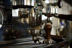 Voor koffiedranken zoals cappuccino en latte Koffiezetapparaat in koffiewinkel Portafilter van espressomachine met stamper royalty-vrije stock foto's