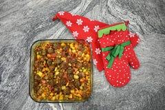 Voor marmeren vloer, vleesballetjes met groenten, in de schotel van het glasbaksel stock afbeelding