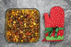 Voor marmeren vloer, vleesballetjes met groenten, in de schotel van het glasbaksel royalty-vrije stock afbeeldingen