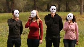 Voor mensen met maskers stock video