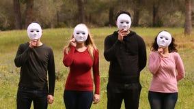 Voor mensen met maskers stock footage