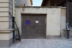 Voor poorten van garage in Belgrado stock afbeeldingen
