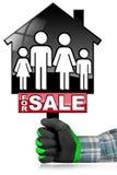 Voor Verkoop - ModelHouse met een Familie Stock Foto's