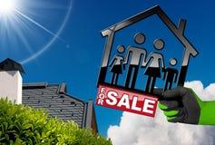 Voor Verkoop - ModelHouse met een Familie Stock Afbeeldingen