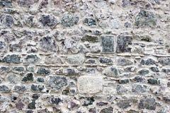Voor wijd geschoten van de benadrukte muur van de metselwerk kleurrijke steen in Izmir in Turkije met traditionele gipspleister royalty-vrije stock fotografie
