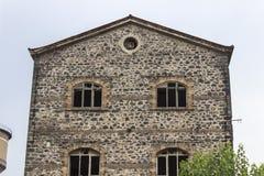 Voor wijd geschoten van verlaten metselwerksteen construeerde de oude bouw van de tabaksopslag in Izmir in Turkije royalty-vrije stock fotografie