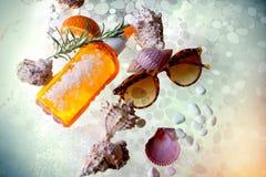 Voor zonnige dagen op het strand, bescherming voor het lichaam en ogen royalty-vrije stock afbeelding