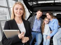 Vooraanzicht die van autohandelaar tablet in autosalon houden royalty-vrije stock fotografie