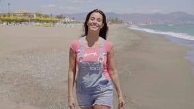 Vooraanzicht over dame die langs strand lopen stock video
