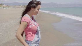 Vooraanzicht over dame die langs strand lopen stock videobeelden