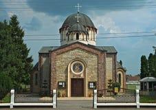 Vooraanzicht over orthodoxe kerk in Temerin, Servië royalty-vrije stock foto's