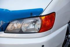 Vooraanzicht van auto in witte kleur na het schoonmaken v??r verkoop op parkeren royalty-vrije stock afbeelding