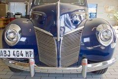 Vooraanzicht van bonnet, grill, koplampen en bumper van blauwe kleur stock foto's