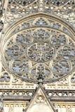 Vooraanzicht van de belangrijkste ingang aan de St Vitus kathedraal in het Kasteel van Praag in Praag Royalty-vrije Stock Foto
