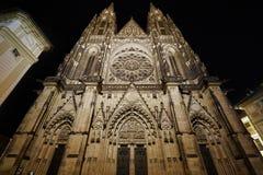 Vooraanzicht van de belangrijkste ingang aan de St Vitus kathedraal in het Kasteel van Praag in Praag in de nacht Royalty-vrije Stock Afbeeldingen