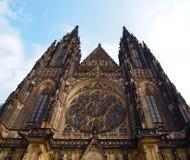 Vooraanzicht van de belangrijkste ingang aan de St Vitus kathedraal in het Kasteel van Praag in Praag, Tsjechische Republiek Royalty-vrije Stock Foto