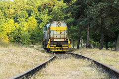 Vooraanzicht van de Diesel locomotief op de spoorweg Stock Foto