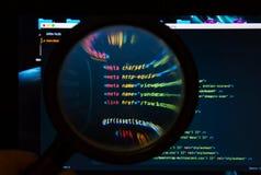 Vooraanzicht van de kleurrijke php code onder meer magnifier stock foto's