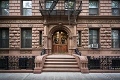 Vooraanzicht van de oude brownstone bouw royalty-vrije stock fotografie