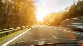 Vooraanzicht van de wegweg die de kant van het land binnen t overgaan royalty-vrije stock afbeeldingen