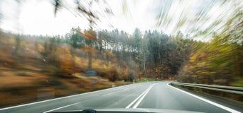 Vooraanzicht van de wegweg die de kant van het land binnen t overgaan royalty-vrije stock afbeelding