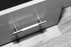 Vooraanzicht van drie gesloten glijdende houten laden met metaal lange handvatten Stock Foto