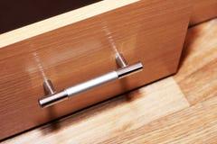 Vooraanzicht van drie gesloten glijdende houten laden met metaal lange handvatten Stock Afbeeldingen